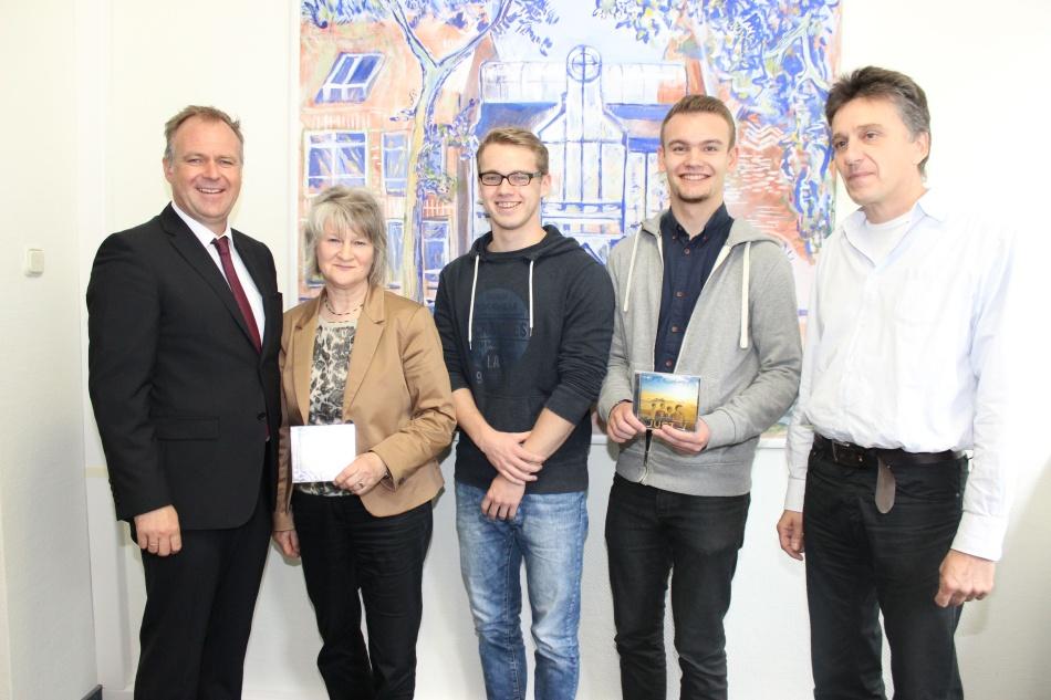 Ziel erreicht – die Schulband JUST hat ihre erste eigene CD veröffentlicht (v.li. Landrat Detlev Kohlmeier, Ingrid Decke, Jannis Klettke, Julian Marz und Ulrich Füller.)